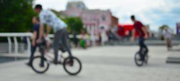 Εικόνα Defocused πολλών ανθρώπων με τα ποδήλατα bmx Συνεδρίαση του FA Στοκ Εικόνα