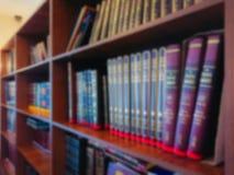 Εικόνα Defocused Πολύχρωμα βιβλία στο ράφι στη βιβλιοθήκη Η επίδραση bokeh Στοκ εικόνα με δικαίωμα ελεύθερης χρήσης