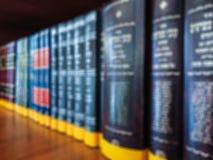 Εικόνα Defocused Πολύχρωμα βιβλία στο ράφι στη βιβλιοθήκη Η επίδραση bokeh Στοκ Εικόνα