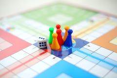 Εικόνα Dice και των διαφορετικών σημείων χρωμάτων στο παιχνίδι του κεντρικού Ludo στοκ φωτογραφία με δικαίωμα ελεύθερης χρήσης