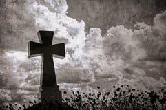 Εικόνα Grunge ενός σταυρού στο νεκροταφείο, τέλειες αποκριές backg Στοκ Φωτογραφία