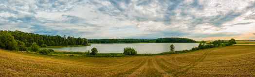 Εικόνα Panoramatic της συμπαθητικής θέσης με τη λίμνη Στοκ Φωτογραφία