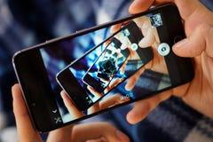 Εικόνες λαβυρίνθου καθρεφτών στο smartphone σας στοκ φωτογραφίες