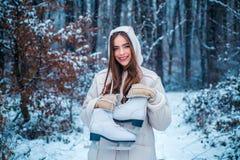 Εικόνες για το χειμώνα Χειμερινό κορίτσι ομορφιάς στο παγωμένο χειμερινό πάρκο Όμορφη νέα γυναίκα που γελά υπαίθρια στοκ εικόνες