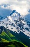 Εικόνες της υψηλής και χιονισμένης αιχμής βουνών Στοκ φωτογραφία με δικαίωμα ελεύθερης χρήσης