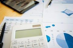 Εικόνες του φορολογικού τιμολογίου, γραφική παράσταση επιχειρησιακής στρατηγικής, ψηφιακό tabet Στοκ Εικόνα