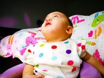 Ειλικρινές πορτρέτο ενός χαριτωμένου και εκφραστικού ασιατικού κοριτσάκι Έννοια τρόπου ζωής και παιδικής ηλικίας Στοκ φωτογραφίες με δικαίωμα ελεύθερης χρήσης
