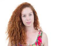 Ειλικρινές πορτρέτο της νέας γυναίκας Redhead έφηβος με την κυματιστή τρίχα Στοκ Φωτογραφίες