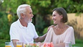 Ειλικρινής συζήτηση του πατέρα με τη μεγαλωμένη κόρη, συναισθηματικός εναγκαλισμός, μνήμες φιλμ μικρού μήκους