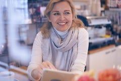Ειλικρινής ώριμη γυναίκα που φαίνεται sidewards από το πίσω παράθυρο Στοκ Εικόνες