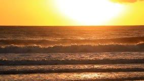Ειρηνικά κύματα που συντρίβουν στο θυελλώδες ηλιοβασίλεμα απόθεμα βίντεο