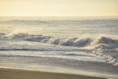Ειρηνική άποψη από τα συντρίβοντας κύματα σε Santa Barbara Στοκ φωτογραφία με δικαίωμα ελεύθερης χρήσης