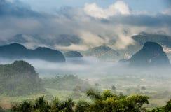 Ειρηνική άποψη της κοιλάδας Vinales στην ανατολή Εναέρια άποψη της κοιλάδας Vinales στην Κούβα Λυκόφως και ομίχλη πρωινού Ομίχλη  Στοκ εικόνες με δικαίωμα ελεύθερης χρήσης