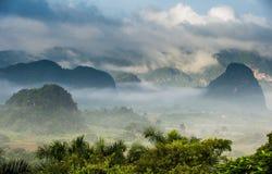 Ειρηνική άποψη της κοιλάδας Vinales στην ανατολή Εναέρια άποψη της κοιλάδας Vinales στην Κούβα Λυκόφως και ομίχλη πρωινού Ομίχλη  Στοκ εικόνα με δικαίωμα ελεύθερης χρήσης