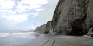 Ειρηνική άσπρη παραλία απότομων βράχων Στοκ εικόνα με δικαίωμα ελεύθερης χρήσης