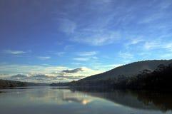 Ειρηνική αντανάκλαση του βουνού λίκνων στη λίμνη στην Τασμανία στοκ φωτογραφία