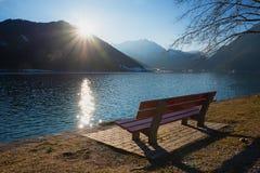 Ειρηνική θέση για την απόλαυση του ηλιοβασιλέματος στην όχθη της λίμνης achensee, Αυστρία Στοκ φωτογραφία με δικαίωμα ελεύθερης χρήσης