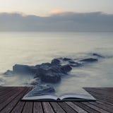 Ειρηνική διαγώνια επεξεργασμένη εικόνα τοπίων της ήρεμης θάλασσας πέρα από τους βράχους Στοκ φωτογραφία με δικαίωμα ελεύθερης χρήσης