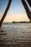 Ειρηνική μπλε λίμνη με το πράσινο υπόβαθρο χλόης και μπλε ουρανού μπαζούκας Στοκ φωτογραφίες με δικαίωμα ελεύθερης χρήσης