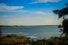 Ειρηνική μπλε λίμνη με το πράσινο υπόβαθρο χλόης και μπλε ουρανού μπαζούκας Στοκ φωτογραφία με δικαίωμα ελεύθερης χρήσης