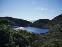Ειρηνική παράκτια λίμνη βουνών στοκ φωτογραφία με δικαίωμα ελεύθερης χρήσης