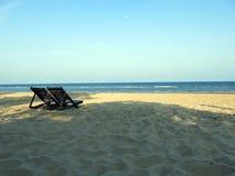 Ειρηνική παραλία με το σαφή ουρανό στοκ φωτογραφία με δικαίωμα ελεύθερης χρήσης