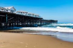 Ειρηνική παραλία στο Σαν Ντιέγκο, Καλιφόρνια με τα εξοχικά σπίτια αποβαθρών κρυστάλλου Στοκ Φωτογραφίες