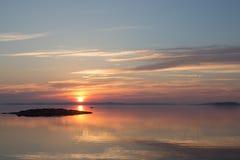 Ειρηνική Σκανδιναβική ακτή στην ανατολή στοκ εικόνες με δικαίωμα ελεύθερης χρήσης