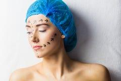 Ειρηνικός νέος ασθενής με τις διαστιγμένες γραμμές στο πρόσωπο Στοκ Φωτογραφία