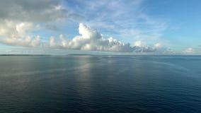 Ειρηνικός Ωκεανός και νησί Miyako αμέσως μετά από την ανατολή απόθεμα βίντεο