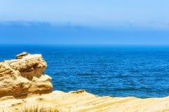 Ειρηνικός Ωκεανός που αντιμετωπίζεται από τους απότομους βράχους ψαμμίτη Στοκ Φωτογραφία