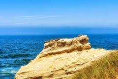 Ειρηνικός Ωκεανός που αντιμετωπίζεται από τους απότομους βράχους ψαμμίτη Στοκ Εικόνα