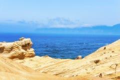 Ειρηνικός Ωκεανός που αντιμετωπίζεται από τους απότομους βράχους ψαμμίτη Στοκ φωτογραφία με δικαίωμα ελεύθερης χρήσης