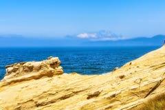 Ειρηνικός Ωκεανός που αντιμετωπίζεται από τους απότομους βράχους ψαμμίτη Στοκ Εικόνες