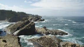 Ειρηνικός Ωκεανός όπως βλέπει από τους απότομους βράχους από Hwy 101 στο Όρεγκον Στοκ Φωτογραφίες