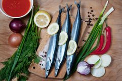 Ειρηνικός sauries με τα λαχανικά στον ξύλινο πίνακα Τοπ όψη Στοκ φωτογραφία με δικαίωμα ελεύθερης χρήσης