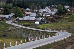 Ειρηνικό αγροτικό χωριό Baihaba με το δρόμο με πολλ'ες στροφές Στοκ φωτογραφία με δικαίωμα ελεύθερης χρήσης