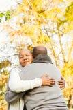 Ειρηνικό ευτυχές ανώτερο αγκάλιασμα ζευγών Στοκ φωτογραφία με δικαίωμα ελεύθερης χρήσης