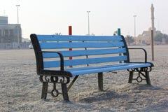 Ειρηνικό κάθισμα πάγκων κατά την πλάγια όψη παραλιών, Ντουμπάι Στοκ Φωτογραφίες