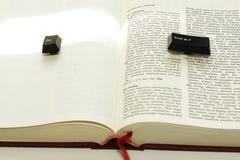 Εισάγετε και δραπετεύστε τα κλειδιά υπολογιστών σε ένα βιβλίο που διαδίδεται στοκ φωτογραφία με δικαίωμα ελεύθερης χρήσης