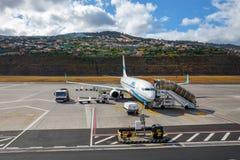 Εισάγετε τον αέρα Boeing 737 στον αερολιμένα του Φουνκάλ Κριστιάνο Ρονάλντο, επιβιβαμένος στους επιβάτες Στοκ Φωτογραφία