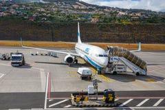 Εισάγετε τον αέρα Boeing 737 στον αερολιμένα του Φουνκάλ Κριστιάνο Ρονάλντο, επιβιβαμένος στους επιβάτες Στοκ εικόνα με δικαίωμα ελεύθερης χρήσης