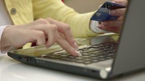 Εισάγετε το αριθμό πιστωτικής κάρτας στο προσωπικό γραφείο απόθεμα βίντεο