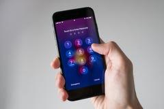 Εισάγοντας το iPhone 7 Passcode Στοκ Φωτογραφία