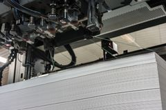 Εισαγωγή ή φορτίο του εγγράφου στα μέτρα 72/102 όφσετ εκτύπωσης μηχανών στοκ εικόνες