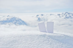 Εισιτήρια σκι πάνω από το βουνό στοκ εικόνες