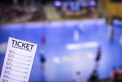 Εισιτήριο δεκτών στοιχημάτων στο υπόβαθρο της TV στην οποία παρουσιάστε χάντμπολ, αθλητισμός που στοιχηματίζει, χάντμπολ στοκ φωτογραφία με δικαίωμα ελεύθερης χρήσης