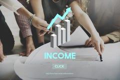 Εισοδηματικά προτερήματα που καταθέτουν την οικονομική έννοια χρημάτων οικονομίας σε τράπεζα Στοκ Εικόνα