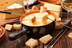 λειωμένο fondue κομμάτι τυριών ψωμιού Στοκ Φωτογραφίες