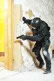 Ειδικές δυνάμεις που οπλίζονται το πιστόλι με έτοιμο να επιτεθεί Στοκ Εικόνες